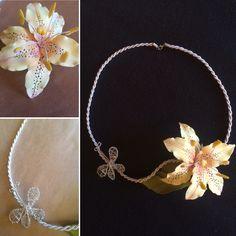 Ожерелье из фоамирана с лилией и бабочкой (выполнена из металла)