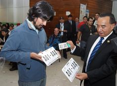 El Secretario de Movilidad, Rufino H León Tovar entregó personalmente la primera placa con la nueva nomenclatura en el módulo central.