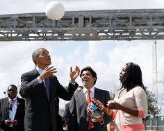 Barack Obama juega futbol con balón inteligente.