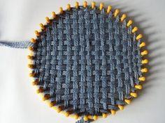 Tissage sur un anneau à tricoter pour le chapeau à fond plat