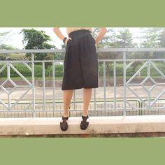ΠΩΣ ΡΑΒΟΥΜΕ ΖΥΠ-ΚΥΛΟΤ Το πλέον διαχρονικό ρούχο για κάθε γυναίκα που θέλει να έχει μια ωραία εμφάνιση στο ντύσιμο της!!! Με ύφασμα ανάλογα την εποχή, φτιάξτε μια όμορφη και απλή στη ραφή ζυπ κυλότ που θα σας δείξουμε βήμα βήμα Για όλα τα μεγέθη, αφού θα χρησιμοποιήσουμε για πατρόν οδηγό, ένα δικό μας σορτς. Πάμε...
