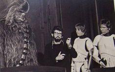 Peter Mayhew interpretou o personagem Chewbacca em Star Wars. Hoje, com 69 anos, ele anda compartilhando em seu Twitter fotos dos bastidores da trilogia original. | via