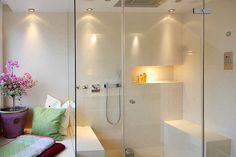 Modernes Baddesign und Dampfdusche mit LED-Lichtspiel