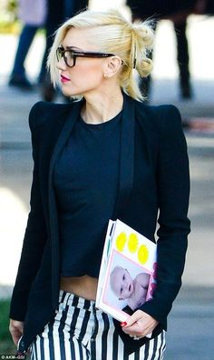 Gwen Stefani Style - The No Doubt singer tied her signature blonde hair into punky looking style with two buns Gwen Stefani Mode, Gwen Stefani No Doubt, Gwen Stefani Style, Gwen Stefani Hair, Gwen Stefani Lipstick, Love Her Style, Looks Style, Style Me, Style Hair