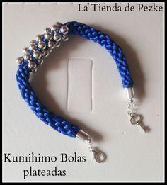 Pulsera Kumihimo con bolas plateadas. www.latiendadepezke.blogspot.com.es