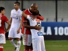 Léo abraçado a Luisão no jogo da sua equipa. Foram colegas de equipa no Benfica, entre 2005 e 2009.