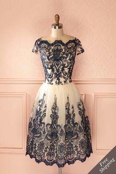 Le scintillement d'une étoile baroque traversant la voûte céleste est inoubliable. The twinkling of a baroque star shooting through the celestial sphere is unforgettable. bal, beige, BIS, bleu, bleu marine, blue, brillant, broderie, CC, cream, crème, dress, embroidery, manches courtes, motif, navy, navy blue, over-150, pattern, prom, robe, robes, shimmering, short sleeves, tulle, tutu.