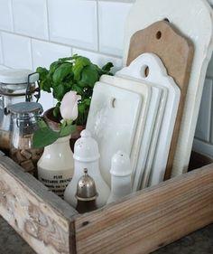 As gavetas e armários estão todos lotados? Sem problemas! Coloque na bancada caixotes de madeira ou bandejas para armazenar temperos, potes e tábuas. (Foto: Reprodução/Pinterest)