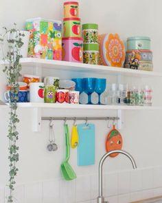 Kitchen accessories pink colour 50 ideas for 2019 Kitchen Shelves, Kitchen Storage, Open Shelves, Kitchen Cabinets, Vintage Kitchen, New Kitchen, Happy Kitchen, Kitchen Things, Kitchen Interior