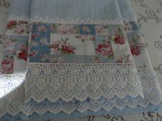 CONJUNTO DE TOALHAS SONHO AZUL Conjunto Toalhas Banho e Rosto. Toalhas na cor azul 'Faixa decorativa ,tecido 100% algodão Acabamento bico inglês e guipir. Estampas só com marron e amarelo ,e vinho com rose Conjunto compõe : 1 toalha banho,1 toalha de rosto,1toalha de lavabo Tecido de faixa... Kitchen Dinning, Bathroom Towels, Embroidery Designs, Decoupage, Diy And Crafts, Sewing Projects, Shabby Chic, Patches, Quilts