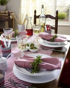 Great tablescape for an Italian dinner at home!Guardanapos {CHARME À MESA} Italian Lunch, Italian Night, Italian Themed Parties, Do It Yourself Decoration, Deco Champetre, Beautiful Table Settings, Dinner Themes, Deco Table, Deco Design