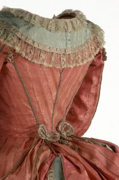 """Платья """"полонез"""", 1775-85 гг., из коллекции Музея костюма (Мадрид)."""