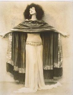 """""""porque elas (as bailarinas) representam a feminilidade em todo o seu poder, e isso dá medo. E atrai ao mesmo tempo. A dança oriental, mais de que qualquer outra dança no mundo, encarna todos os aspectos da mulher: a sedução, o abandono, o êxtase carnal, o jogo, o compartilhar, a generosidade, o parto, a liberdade. Ela simboliza a alegria e a tristeza."""" (Ma liberté de danser - DINA)  ruth st denis, date unknown"""
