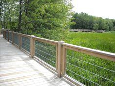 Au Parc de la Rivière, un sentier sur pilotis de 250 mètres de longueur mène à une tour d'observation mesurant 12 mètres. Le sentier et la tour offre une vue sur le marécage, lieu de reproduction d'animaux tels que des reptiles des amphibiens et des oiseaux.