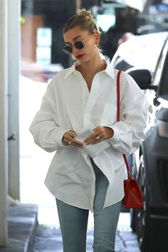 Hailey Baldwin Black Sandals Street Style Autumn Winter 2020 on SASSY DAILY Hailey Baldwin Black Sandals Street Style Autumn Winter 2020 on SASSY DAILY,Hailey Baldwin Hailey Bieber donning embellished black open toe sandals. White Blouse Outfit, Oversized Shirt Outfit, Camisa Oversized, Bluse Outfit, Oversized White Shirt, White Shirt Outfits, Oversized Blouse, Classy Outfits, Trendy Outfits