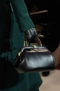 The complete Lanvin Fall 2020 Ready-to-Wear fashion show now on Vogue Runway. Lanvin, Fall Handbags, Best Handbags, Fashion Bags, High Fashion, Fashion Show, Fashion 2020, Gothic Fashion, Fashion Ideas