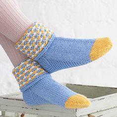 OHJE: Keltanokka-kääntövarsisukat Crochet Socks, Knitting Socks, Knit Crochet, Knit Socks, Mitten Gloves, Mittens, Colorful Socks, Boot Cuffs, Crochet Fashion