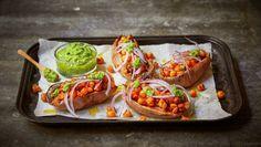 Bakt søtpotet med brokkolipesto og stekte kikerter Frisk, Fresh Rolls, Couscous, Plant Based Recipes, Pulled Pork, Pesto, Baked Potato, Healthy Life, Tacos
