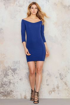 Striped of shoulder dress in blue with smooth fit. You can nicely styling together with a pair of heels, a tight ponytail and a stylish lipstick. Woila, then you are ready for a night out!