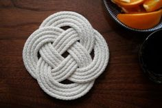 DIY Celtic Knot - Great for making trivets and placemats.or even coasters maybe? Rope Crafts, Beach Crafts, Diy Projects To Try, Crafts To Make, Nautical Knots, Nautical Theme, Diy Holiday Gifts, Diy Gifts, Crafty Craft