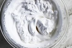 Een wonder is geschied in de veganistische wereld en de naam is aquafaba. Dit is zo bizar en geweldig tegelijkertijd. Een echte vegan holy grail. Aqua.. wa