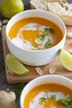 Thaise butternut soep is part of food_drink - Oh oh oh, deze Thaise butternut soep is er eentje om snel te proberen Heerlijk romig, smaakvol en met pit! What's not to like Smakelijk! Easy Healthy Recipes, Vegetarian Recipes, Butternut Soup, Dairy Free Diet, Healthy Slow Cooker, Warm Food, Smoked Bacon, Bowl Of Soup, Vegetable Recipes