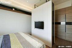 屋主想要有個更衣室,於是在睡眠區和衣櫃中間樹立電視牆,刻意以清玻和鐵件保持上方的通透性,另一側則安排為吊衣區及抽屜使用~