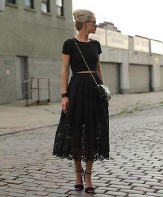 Look todo preto com t-shirt cropped e saia de renda preta transparente.