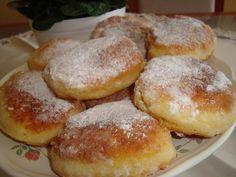 Rychlá snídaně – tvarohové placičky 200g polohrubé mouky 1prášek do pečiva 4 vejce 1 vanička tvarohu (250g) špetka soli olej na smažení moučkový cukr na obalení 1. Postup: Všechny přísady smícháme dohromady. Z těsta tvarujeme pomocí lžíce placičky přímo na pánvi s olejem, po usmažení obalujeme v moučkovém cukru Sweet Dishes Recipes, Sweet Desserts, No Bake Desserts, Cake Recipes, Slovak Recipes, Czech Recipes, Czech Desserts, Sweets Cake, What To Cook