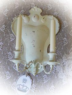 **Geradezu königlich ist dieser sehr alte, große zweiflammige Wandleuchter aus Messing. Shabby Chic in mattweiß gestrichen und mit geschliffenen Gebrauchsspuren versehen. Dazu ein hübscher...