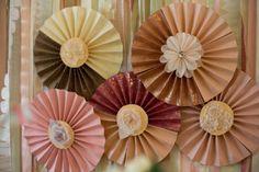 Abanicos de papel con centros de flores / Paper fans with flower centers