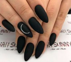 The trend of nails changes with the seasons. In this winter, matte nails are gradually popular. matte nails has this low-key gorgeous appearance and excellent texture, which is loved by ladies. Black Manicure, Matte Black Nails, Black Nail Art, Black Nail Designs, Nail Art Designs, Nails Design, Fun Nails, Pretty Nails, Costume Halloween