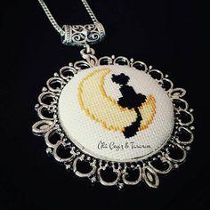 'Aydaki kedi' kanaviçe kolye En sevdiğim anime olan Ay Savaşçısı'nı hatırlatan… Hand Embroidery Patterns, Diy Embroidery, Cross Stitch Embroidery, Cross Stitch Patterns, Modern Embroidery, Cross Stitch Pictures, Beaded Cross Stitch, Handmade Accessories, Cross Stitching