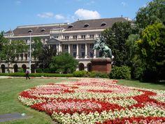 As flores e jardins bem cuidados de Budapeste.  São flores por todos os lados, praças, ruas e pequenos jardins. O verão é muito agitado, existem diversas fontes de água e parques bem cuidados pela cidade. os campos de flores pelo país, além dos jardins maravilhosos por Budapeste.Budapeste e seus pontos turísticos a pé ou de metro.
