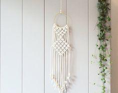 Este colgante de pared hermosa macrame hecha a mano es hecho a mano con cable de macramé de algodón neutro.  Con este colgante de pared de macrame a añadir al instante un ambiente bohemio en su habitación un it será realmente un espacio de calentamiento.   ------------------------------------  Este colgante de pared de macrame medidas sobre:  Pasador de madera longitud-41 cm (16 pulgadas) Macrame ancho-34 cm (13,5 pulgadas) Longitud de macrame-70 cm (28 pulgadas)   Este artículo se hace a…