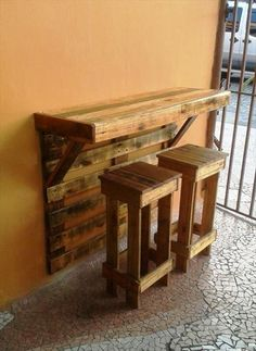 Pallet Bar Table with Stools -  Top 30 Pallet Ideas to DIY Furniture for Your Home - DIY & Crafts mehr zum Selbermachen auf Interessante-dinge.de