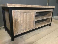 Tv meubel volledig van hout. Stoer steigerhout en zwart frame. Industrieel meubel op maat gemaakt door Oud is Nieuw