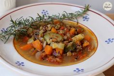 Délicieuse recette de soupe de légumes, enrichie de quinoa et de lentilles pour un repas complet et équilibré, tout végétal et sans gluten.