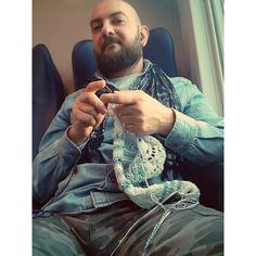 Knitting on train #knit #knitting #magliuomini #guyswhoknit #menwhoknit #menwhoknitaresexy #instaday #instaknit #knitstagram #knittingonboard #trainknitting #knittingontrain #picoftheday #trenitalia