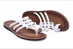 Aliexpress.com: Comprar Nuevo 2016 hombres del cuero genuino flip flop sandalias de verano remaches zapatos planos ocasionales zapatillas de playa de tamaño 38 44 de zapatos de las sandalias de los deslizadores confiables proveedores de Ofun Store.