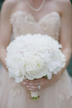 white peony bouquet with a tinge of pink | Lauren Larsen #wedding