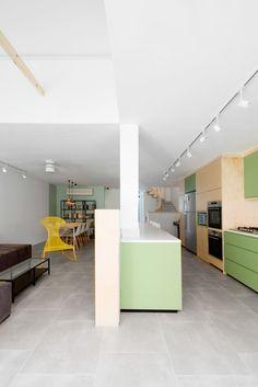 tuossa pömpelissä on telkkari! ja tässäkin pitkää käytävää... http://design-milk.com/family-house-israel/house-in-israel-raanan-stern-5/ House-in-Israel-Raanan-Stern-5