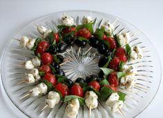 Die Appetizers in Form eines Weihnachtskranzes arrangieren