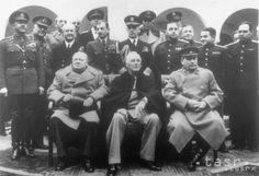 Na Jaltskej konferencii britský ministerský predseda Winston Churchill, americký prezident Franklin Roosevelt a predseda Rady ľudových komisárov ZSSR Josif Vissarionovič Stalin (na snímke zľava doprava) rokovali o usporiadaní sveta po II. svetovej vojne.