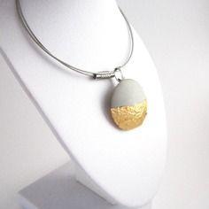 Pendentif en béton & papier doré sur collier en fil câblé