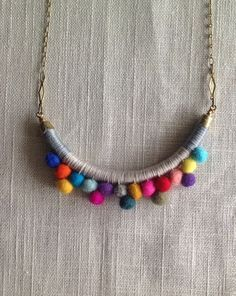 Deshilachado: Tutorial: collar de pompones / Tutorial: pom pom necklace Cute, but I'd like it better with beads! Fabric Necklace, Diy Necklace, Pompom Necklace, Collar Necklace, Necklaces, Felt Necklace, Button Necklace, Brass Necklace, Textile Jewelry