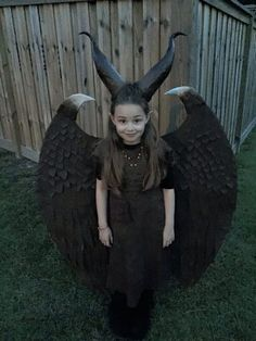We're always amazed at the ingenuity people display when it comes to constructing Halloween costumes. Maleficent Halloween Costume, Maleficent Cosplay, Clever Halloween Costumes, Homemade Halloween, Halloween Kostüm, Diy Costumes, Halloween Makeup, Halloween Decorations, Young Maleficent