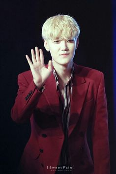 Blonde hair, white skin and red suit.. awww... I really want to kiss you my bae  #Zelo #B.A.P #ChoiJunhong #handsome #cute #lottefanmeeting #blondehair
