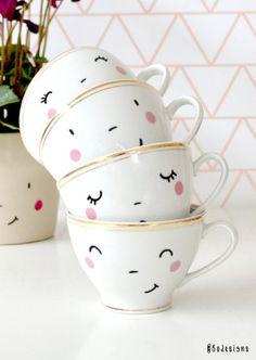 Set aus vier handbedruckten Tassen mit niedlichen Gesichtern. Gefunden auf etsy.com.