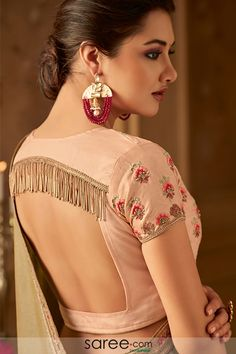 Peach Square Back Blouse Design with Tassels Peach Square Back Bluse Design mit Quasten Indian Blouse Designs, Choli Blouse Design, Saree Blouse Neck Designs, Fancy Blouse Designs, Bridal Blouse Designs, Latest Blouse Designs, Lehenga Choli Designs, Blouse Wrap, Designer Blouse Patterns